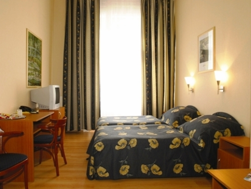 Photo of twin room in 3 star Budapest hotel