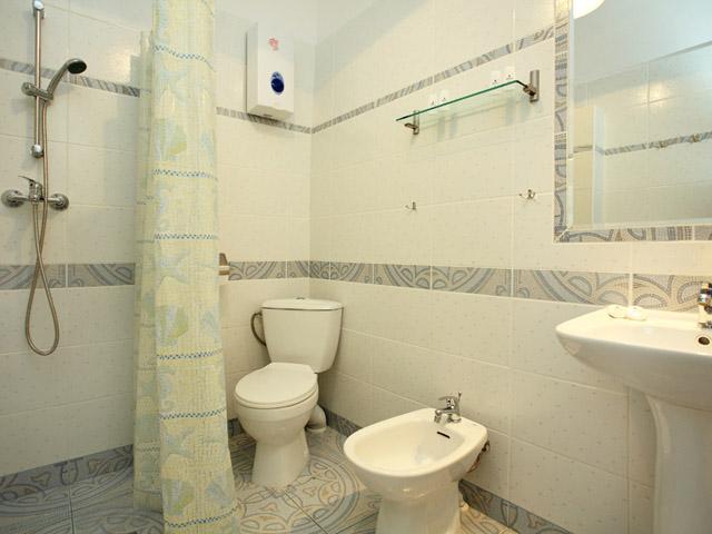 Full bathroom in 3 star Krakow apartment